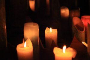 追悼キャンドル。神聖な火に願いを込めます。